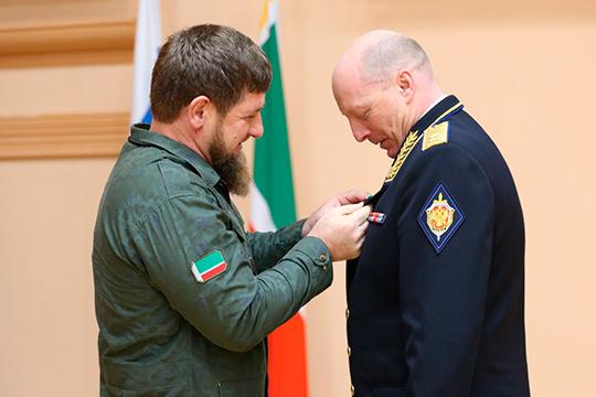 В ближайшие дни кресло руководителяУФСБ поРТдолжен занять генерал-лейтенант Игорь Хвостиков (справа), который сейчас руководит УФСБ Чечни