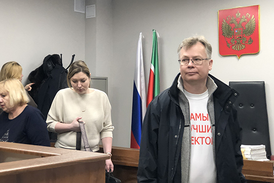 Бывший руководитель вузаГерман Дьяконов,«отстрелявшийся» еще вноябре, слушал этот допрос вскромной белой футболке снадписью «Самый лучший ректор»