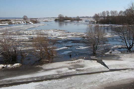«Намногих водоемах лед тает наместе. НаКуйбышевском иНижнекамском водохранилищах сохраняется ледостав, лишь наотдельных участках наблюдается образование закраин ипромоин пофарватерам»
