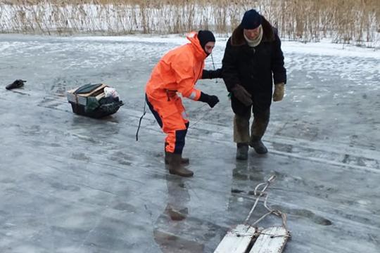 «Каждый день мы по 3-4 человека спасаем — то на мотоцикле провалятся, то на снегоходе. Вот только что сообщили, что женщину из воды вытащили, которая ходила у опор моста»