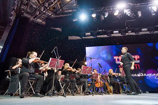 «У большинства театров оркестр располагается в яме. У нас это отдельная единица, которая играет широкий репертуар — от классики до Rammstein. Форма подачи абсолютно иная»