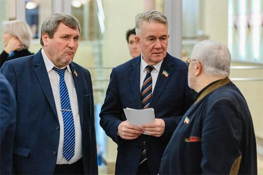 Спикер предоставил слово дежурным «националистам» Госсовета РТ, депутатамРамилю Тухватуллину (в центре)иРкаилу Зайдуллину (слева)