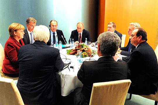 «Конечно, Ангеле Меркель (слева) очень тяжело, да и ее мужу нелегко. Когда проходит саммит и все жены глав государств встречаются, и он с ними»
