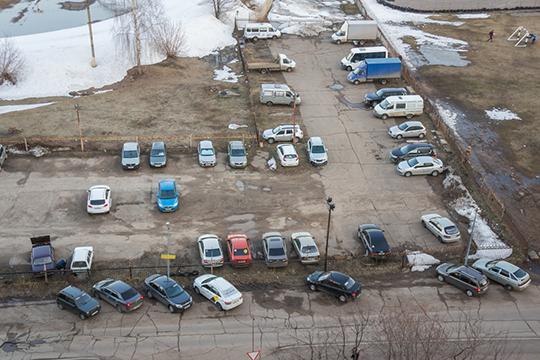«Люди машины покупают, апарковку— нет. Если неправильно припаркованный или мешающий очистке дорог автомобиль забирают наштрафстоянку, тостолько негатива поступает!»