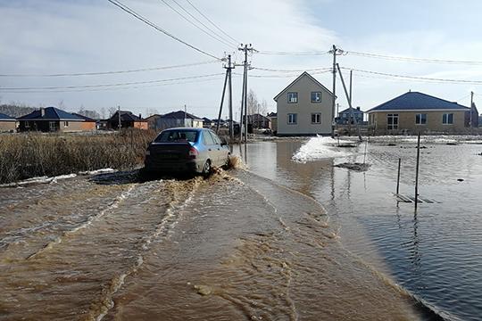 Похожая ситуация сложилась вовторой очереди коттеджного поселка «Тургай». 11марта наулицу Соловьиную, которая лежит внизине, начала стекаться талая вода