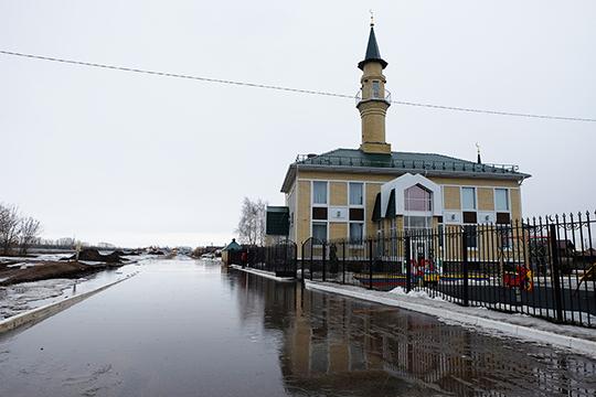 Заложниками новой дороги стали жители поселка Усады.Вода через систему канализации затопила ицокольный этаж местной мечети «Ихлас»
