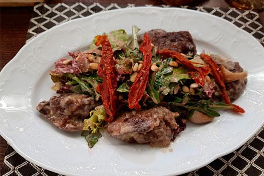 Салат с утиной печенью — еще одно блюдо-сюрприз, укомплектованное вешенками, вялеными томатами и малиновым майонезом