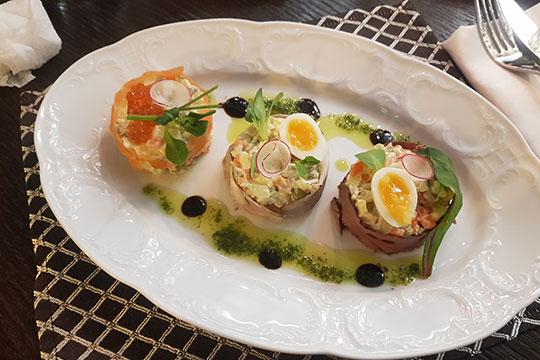 Трио Оливье (300 г) — 550 р — хороший пример того, как из самого пресловутого из всех салатов можно сделать что-то интересное. На тарелке три шайбочки -вариации изобретения Люсьена Оливье — с лососем, уткой и кониной