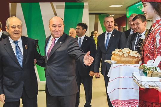 Минтимер Шаймиев озвучил идею создания комитета при парламенте, который бы занимался проблемой сохранения и изучения родных языков народов РФ. Было решено, что ее возглавит Марат Ахметов