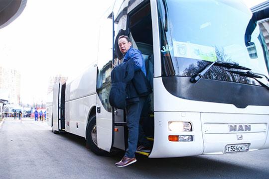 «Рубин» приехал на стадион за полтора часа до матча. Первым из автобуса вышел Леонид Слуцкий. Он выглядел максимально сосредоточенным и серьёзным