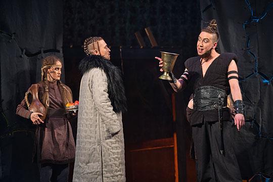 Очередной премьерой сезона в театре им. Тинчурина стал спектакль «Карурман» («Темный лес: Неписанный дастан»)