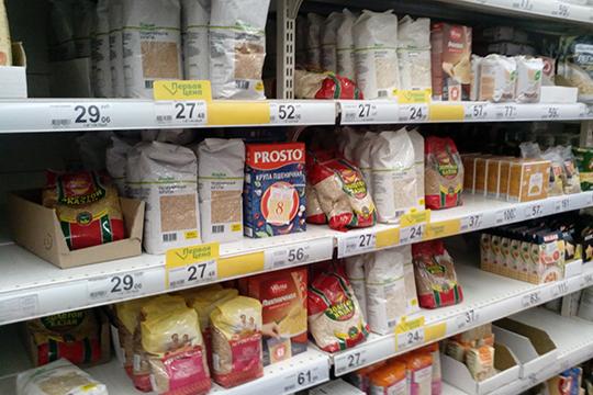 В магазине «Ашан», расположенном в казанском ТЦ «Южный» с утра тоже не было заметно много покупателей. Под многими товарами — желтые ценники, это значит, они продаются со скидкой