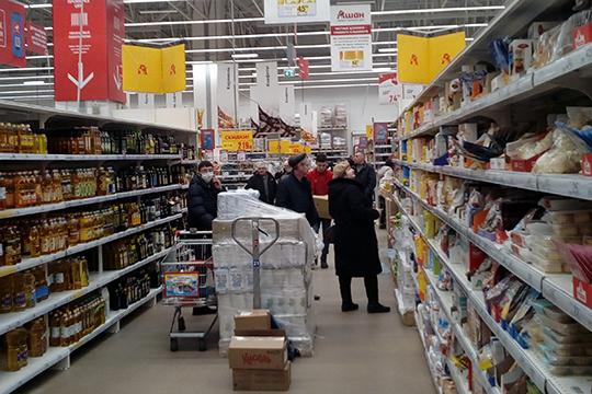 Продавцы «Ашана» говорят, что покупателей в выходные стало явно больше. «В последнее время — да, народу очень много стало. Крупу берут», — пояснили они. Хотя сами они этим настроениям не поддаются