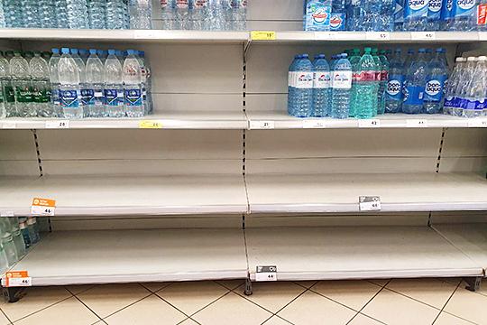«Крупу разную в основном берут, консервации… Водой даже запасаются, в пятилитровых бутылках. Туалетную бумагу пока больше брать не стали»