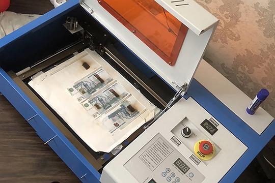 «Входе обысков обнаружено печатное оборудование, спомощью которого изготавливались денежные знаки. Втом числе— цветные лазерные принтеры, ноутбуки, ламинатор, нити длявклеивания вкупюры изаготовки изображений гербов»