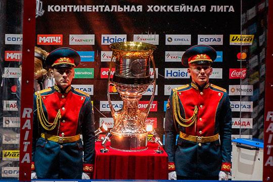 КХЛ всё-таки приостановила сезон. Ночью лига выпустила заявление, что Кубок Гагарина отсрочен на неделю для согласования с госорганами нового формата плей-офф