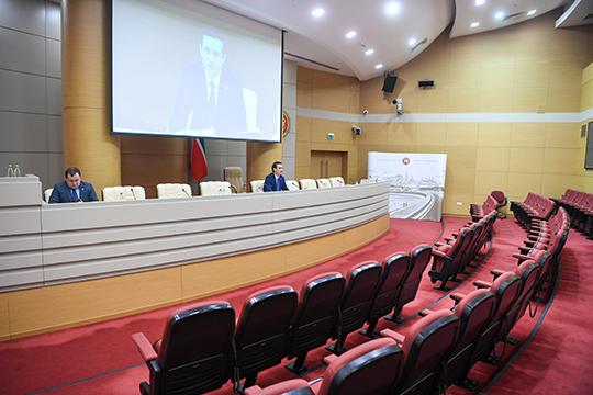 Меры против коронавируса добрались и до кабмина — брифинг прошел в онлайн-режиме, а вопросы журналисты задавали по видеоконференцсвязи и в WhatsApp