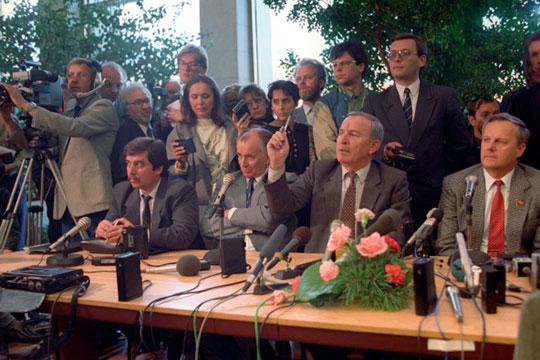 Сергей Михайлович Шахрай (слева),Сергей Сергеевич Алексеев (второй слева) иАнатолий Александрович Собчак (справа(