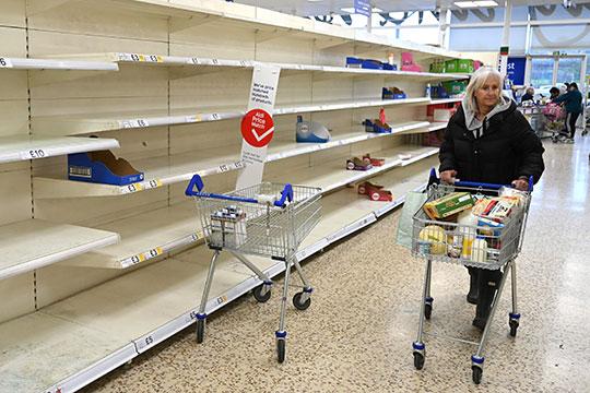 Уже в четверг некоторые начали паниковать, и в магазинах начала исчезать туалетная бумага, зубная паста…