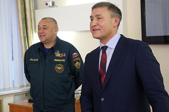 На протяжении 15 лет, службу ППС возглавлял Эмиль Фазлеев (слева). В 2014 году его пост перешел к Ильхаму Насибуллину (справа). Тогда же глава республиканского МЧС Рафис Хабибуллин назначил его своим замом