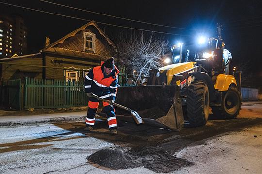 Ямочный ремонт вКазани ведут 13 бригад сиспользованием 62 машин. Они уже отремонтировали 45 участков дорог площадью 6,5тыс.кв. м