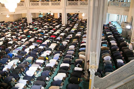 Досамой серьезной меры— отмены обязательной для мусульман пятничной коллективной молитвы вдоме Аллаха (джума-намаза), начто, кпримеру, пошли вМоскве решением ДУМ РФ, дело недошло