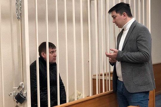 Замгендиректора «ОДС РТ» Гимадиева (слева) привезли в суд вслед за Зиннатуллиным. Он, в отличие от своего начальника, был менее сговорчив. Свою вину он также не признал, общаться с прессой отказался