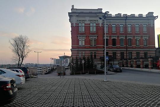 Ресторан Topaz расположен напервом этаже здания бывшей Шамовской больницы, которое в2016 году выкупила иотреставрировала турецкая компания Polimeks Group
