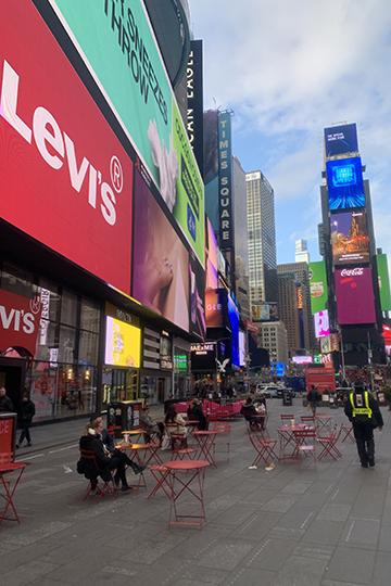 Дальше япошла наглавное место сосредоточения туристов вМанхэттене— Таймс-сквер. Площадка напересечении Бродвея и7-й авеню никогда неспит. Имагазины тут раньше, чем вполночь, незакрываются