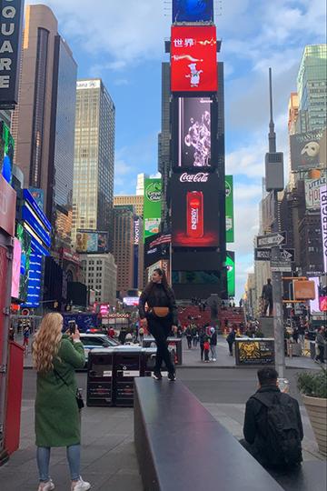 Таймс-сквер сейчас— это идеальное место для фотографий, здесь немноголюдно даже всветлое время суток