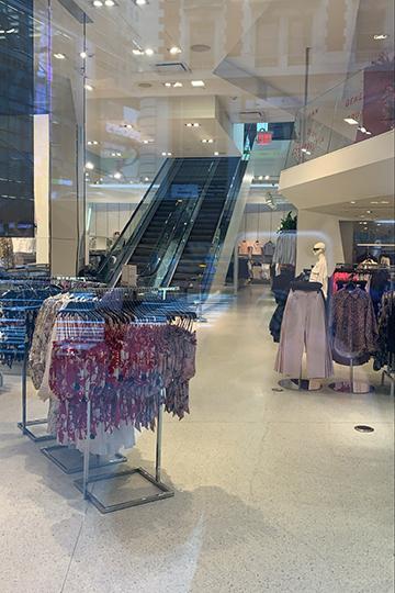 Проходя мимо знаменитого круглосуточного трехэтажного магазина одежды H& M, ясквозь стеклянные двери увидела, что эскалаторы неработают, апосетителей внутринет. Дверь заперта