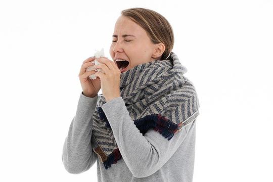 Основные ворота проникновения вируса— слизистые носа, глаз иглотки. Вирус может распространяться воздушно-капельным путем, номеньше, чем другие виды вирусов, например тотже грипп