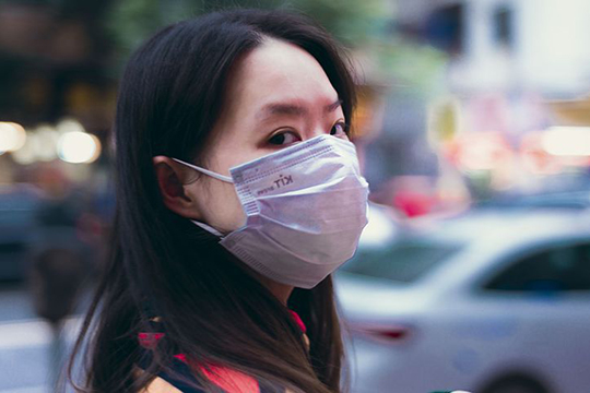 Маска поможет вам незаразиться, если навас чихнули или покашляли. Вместах массового скопления людей можно надевать маску, при общении сбольными людьми— тоже
