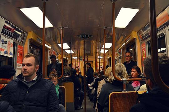 Внекоторых европейских странах, например, ввели дистанцию между людьми неменее 10 метров. Вобщественном транспорте имагазинах такое врядли возможно
