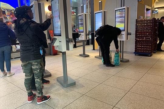 Запоследние недели жизнь нью-йоркцев резко изменилась. Речь идет нетолько огигиене рук ирасстоянии в1м между людьми вовремя общения иожидания транспорта
