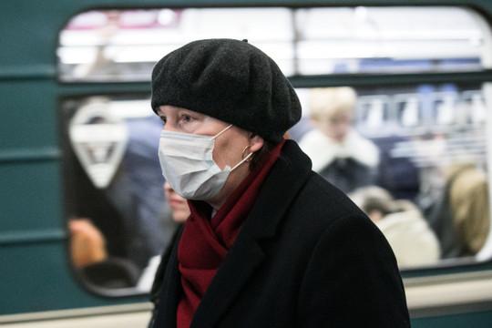 «Цель маски— ограничить распространение инфицированной слюны ислизи тем, кто чихает. Поэтому надевать маску надо набольного»
