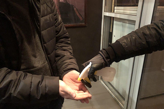 Навходе вежливый фейсконтрольщик перед тем, как пустить внутрь, обрабатывалвсем зашедшим вздание руки антибактериальным средством