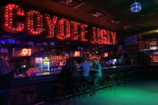 Вбаре «Гадкий Койот» тоже было немноголюдно— заведение отменило вечеринку Rock & Fetish night ивыступление диджея LOSKIN, танцпол пустовал