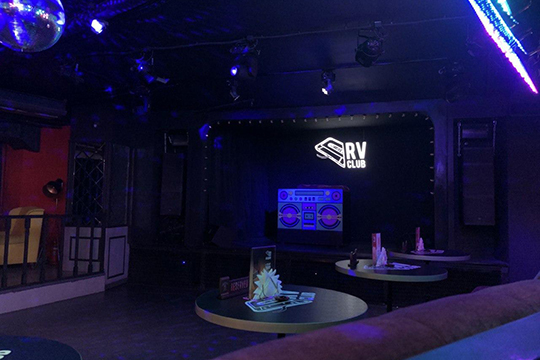 В«RVClub» (бывший ночной клуб «Руки Вверх»,—прим.ред.) небыло аншлага, как вдругие дни, несмотря наработу вполном формате. «Работаем несмотря ниначто!»,—пишетклуб всоцсетях