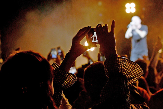 «Нас налоговые каникулы неспасут. Деньги потрачены, концертов нет»,— водин голос говорят организаторы концертов вРоссии