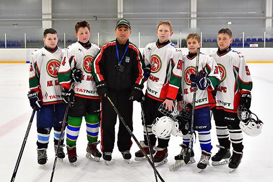 Участниками конкурса могут стать юные хоккеисты ввозрасте с11 до15 лет, проживающие вКазани или Альметьевске, или с13 до15 лет— издругих регионов России