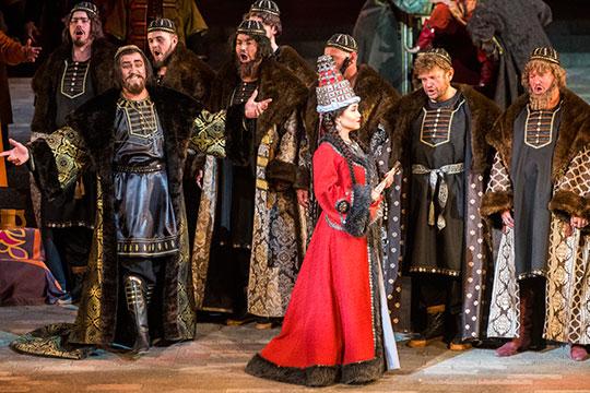Очевидным фаворитом «списка 12-ти», по мнению «БИЗНЕС Online», является творческий коллектив, поставивший на сцене театра им. Джалиля оперу Резеды Ахияровой «Сююмбике»