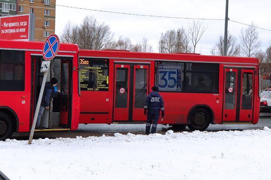 Люди в форме стояли наперекрестках ивдоль дорог, останавливая каждый автобус идосматривая машины такси