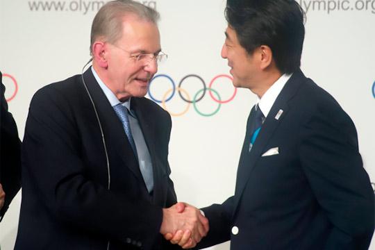 Президент МОК Жак Рогге (слева) и премьер-министр Японии Синдзо Абэ во время официальной церемонии подписания контракта на проведение Игр XXXll Олимпиады в Токио.