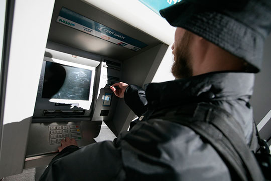 Центральный банк России под предлогом недопущения распространения коронавируса попросил банки, прежде чем загружать наличные деньги в банкоматы, выдерживать их в течение трех-четырех дней