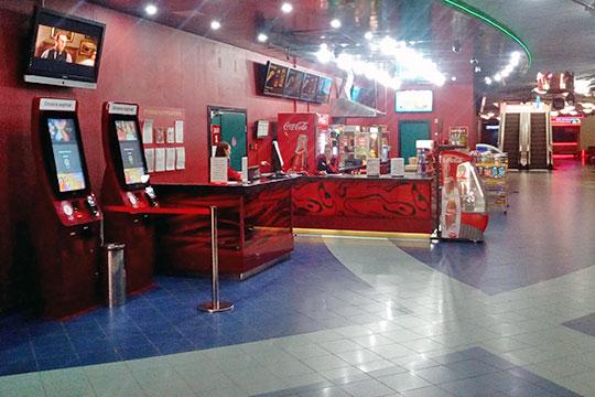 В кинотеатре Каро, расположенном в торговом центре «Кольцо», администратор сказала корреспонденту «БИЗНЕС Online», что готова продать билеты не только на сегодняшние сеансы, но и на завтрашние