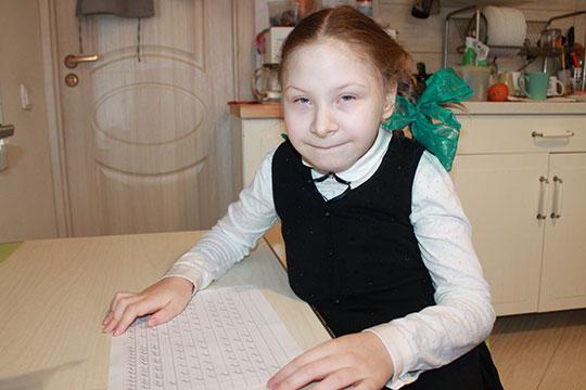 У Арины Проворовой врожденный кифосколиоз, деформация шейно–грудного отдела позвоночника четвертой степени. Чтобы облегчить состояние Арины, ей необходимо приобрести корсет Шено