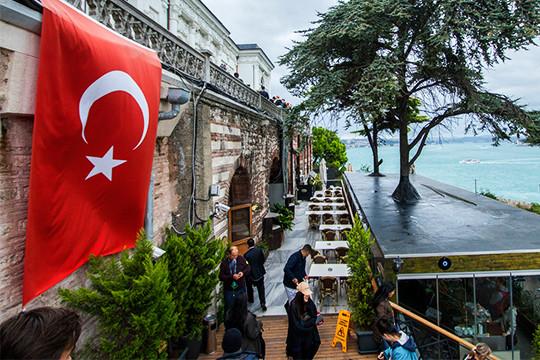 Пока игроки работали на территории отеля, за их стенами тоже стало неспокойно. Власти Турции подтвердили, что общее число погибших из-за коронавируса достигло 44 человек