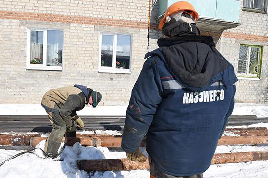 ВАО«Казэнерго» тоже немогут полностью остановить работу, поскольку от компании зависит наличие тепла игорячей воды вжилых домах казанцев. Наработу выйдет одна треть сотрудников