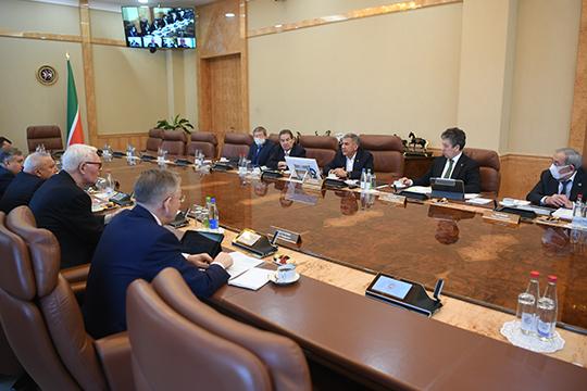 Президент РТпровел ряд совещаний в Кремле, заседание совета директоров «Татнефти» и «Татнефтехиминвест-холдинга», съездил в«Алабугу» инаКАМАЗ. Везде тема экономического кризиса поднималась, но хороших прогнозов нет